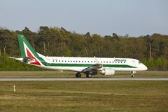 Frankfurt flygplats - Embraer E190-100 av Alitalia tar av Royaltyfria Bilder