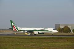 Frankfurt flygplats - Embraer E190-100 av Alitalia tar av Royaltyfri Bild