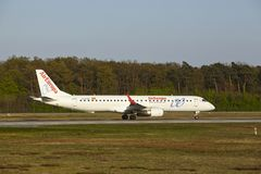 Frankfurt flygplats - Embraer ERJ-195 av AirEuropa tar av Royaltyfri Foto