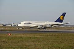 Frankfurt flygplats - flygbussen A380-800 av Lufthansa tar av Arkivbild