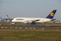 Frankfurt flygplats - flygbussen A380-800 av Lufthansa tar av Royaltyfria Foton