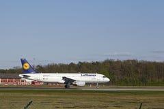 Frankfurt flygplats - flygbussen A320-200 av Lufthansa tar av Royaltyfria Bilder