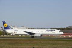 Frankfurt flygplats - flygbussen A321-200 av Lufthansa tar av Arkivfoto