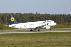 Frankfurt flygplats - flygbussen A320-200 av Lufthansa tar av Arkivfoto