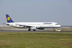 Frankfurt flygplats - flygbussen A321-100 av Lufthansa tar av Royaltyfri Fotografi