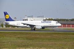 Frankfurt flygplats - flygbussen A320-200 av Lufthansa tar av Arkivfoton