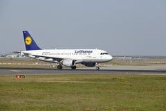 Frankfurt flygplats - flygbussen A319-100 av Lufthansa tar av Royaltyfria Bilder