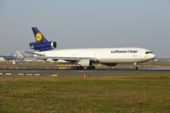 Frankfurt flygplats - MD-11 av Lufthansa Cargo tar av Royaltyfri Bild