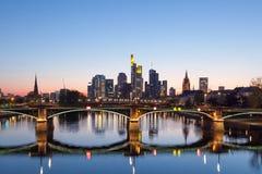 Frankfurt Główna linia horyzontu przy nocą Zdjęcia Stock
