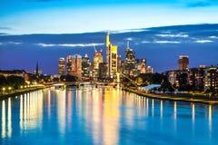 Frankfurt - Am - główna linia horyzontu przy półmrokiem, Niemcy Zdjęcia Stock