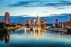 Frankfurt - Am - główna linia horyzontu przy półmrokiem, Niemcy Zdjęcie Stock