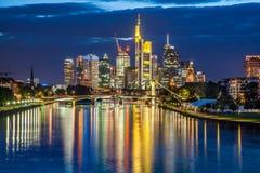 Frankfurt - Am - główna linia horyzontu przy półmrokiem, Niemcy Obrazy Stock