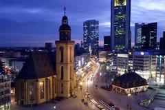 Frankfurt Hauptwache bij Schemer Stock Foto's