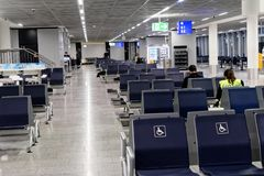 Frankfurt, Hesse, Niemcy, Marzec 13, 2018: Czekanie teren dla przelotowych pasażerów w lotniskowym budynku z few pasażerami obrazy stock