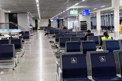 Frankfurt Hessen, Tyskland, mars 13, 2018: Väntande område för transportpassagerare i flygplatsbyggnaden med få passagerare arkivbilder