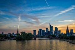 Frankfurt horisont på solnedgången Royaltyfria Foton