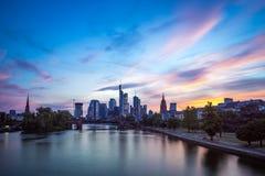 Frankfurt horisont på solnedgången Arkivbilder
