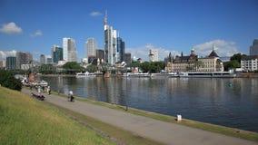 Frankfurt i stadens centrum horisont lager videofilmer