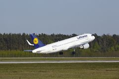 Frankfurt International Airport - Airbus A320 of Lufthansa takes off Royalty Free Stock Photography