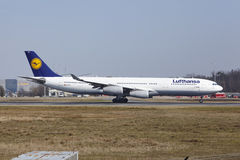 Frankfurt International Airport – Lufthansa Airbus A340 takes off Stock Photos