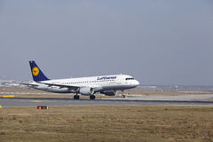 Frankfurt International Airport – Lufthansa Airbus A320 takes off Stock Photo