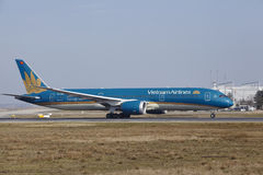 Frankfurt International Airport – Vietnam Airlines Boeing 787 takes off Stock Images