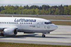 Frankfurt internationell flygplats - Boeing 777 av Lufthansa landar Royaltyfria Foton