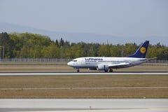 Frankfurt internationell flygplats - Boeing 777 av Lufthansa landar Royaltyfria Bilder