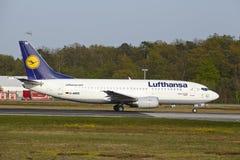 Frankfurt internationell flygplats - Boeing 737 av Lufthansa tar av Arkivbild