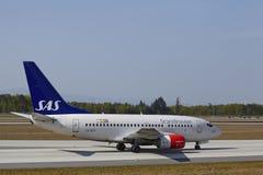 Frankfurt internationell flygplats - Boeing 737 av SAS landar Royaltyfri Bild