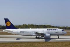 Frankfurt internationell flygplats - flygbussen A320 av Lufthansa landar Royaltyfri Fotografi