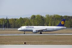 Frankfurt internationell flygplats - flygbussen A320 av Lufthansa landar Arkivfoton