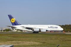 Frankfurt internationell flygplats - flygbussen A380 av Lufthansa tar av Fotografering för Bildbyråer