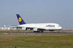 Frankfurt internationell flygplats - flygbussen A380 av Lufthansa tar av Arkivbild