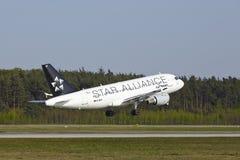Frankfurt internationell flygplats - flygbussen A319-114 av Lufthansa tar av Royaltyfri Foto