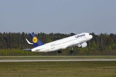 Frankfurt internationell flygplats - flygbussen A320 av Lufthansa tar av Royaltyfri Fotografi