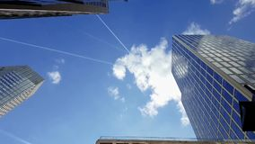 Frankfurt - jest - główna drapacz chmur perspektywa od uliczny przyglądającego w górę zdjęcie wideo