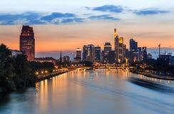 Frankfurt - jest - magistrala - linia horyzontu przy zmierzchem zdjęcia stock