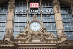 FRANKFURT - 10 juni: Voorgevel van de Centrale post van Frankfurt op 10 Juni, 2015 in Frankfurt, Duitsland De centrale Post is be Royalty-vrije Stock Afbeeldingen