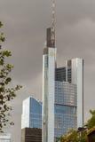 Frankfurt kontorsbyggnader - Commerzbank står högt Royaltyfri Fotografi