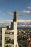 Frankfurt kontorsbyggnader - Commerzbank står högt Royaltyfri Foto