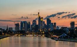 Frankfurt linia horyzontu przy zmierzchem na Głównej rzece Fotografia Royalty Free