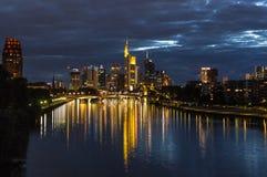 Frankfurt linii horyzontu odbicia na Głównej rzece Fotografia Stock