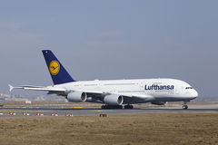 Frankfurt lotniska międzynarodowego †'Lufthansa Aerobus A380 bierze daleko Fotografia Royalty Free