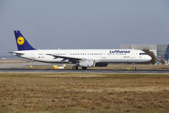 Frankfurt lotniska międzynarodowego †'Lufthansa Aerobus A321 bierze daleko Obrazy Stock