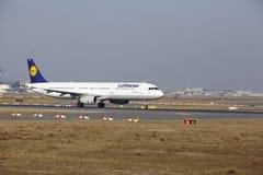 Frankfurt lotniska międzynarodowego †'Lufthansa Aerobus A321 bierze daleko Zdjęcie Stock