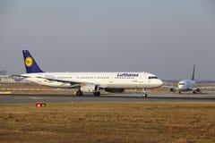 Frankfurt lotniska międzynarodowego †'Lufthansa Aerobus A321 bierze daleko Zdjęcie Royalty Free