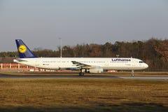 Frankfurt lotniska międzynarodowego †'Lufthansa Aerobus A321 bierze daleko Fotografia Royalty Free