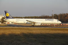 Frankfurt lotniska międzynarodowego †'Lufthansa Aerobus A321 bierze daleko Zdjęcia Royalty Free