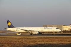 Frankfurt lotniska międzynarodowego †'Lufthansa Aerobus A321 bierze daleko Obraz Royalty Free
